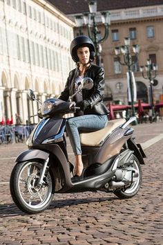 View at today's urban mobility: example Piaggio New Liberty 125ie ABS.  Car, bicycle, public train and - especially from spring to autumn very popular - motorbike are urbanists' various traffic choices which are used alternately. Today, there exists no exception - it simply depends on the weather or the existing infrastructure... fig.: The images show the Piaggio New Liberty 125ie ABS in the color variation 'Marrone Etna'. Photos: © Faber GmbH/www.piaggio.at.