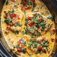 Crock-Pot Tuscan Garlic Chicken Recipe – Packed with flavors and so easy to prep! This crockpot chicken recipe makes an easy keto & low carb dinner the family will love. Loaded with fresh… Tuscan Garlic Chicken, Garlic Chicken Recipes, Garlic Butter Chicken, Keto Chicken, Cream Chicken, Garlic Pizza, Butter Shrimp, Butter Sauce, Chicken Pasta
