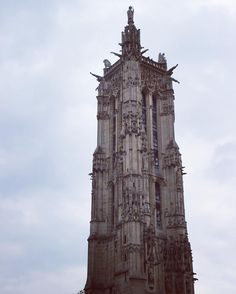 Torre São Jacques mais arquitetura gótica. Paris França. #paris #france #europa #eurotrip #turistando #turismo #ferias #viaje #viajar #trip #travel #city #gotico #gotic #tour #tower #saintjacques