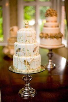 Torta de boda estilo jaula victoriana con aves pintadas en el fondant. #BodasVintage