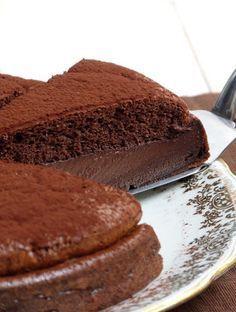 Gâteau magique au chocolat/Plus simple, c'est bien difficile de trouver. Il suffit de se munir d'un batteur à main pour tout mélanger.On verse une seule et unique préparation dans le moule et pendant la cuisson la magie opère. Les couches se séparent et on obtient un gâteau très léger sur le dessus, une couche crémeuse au centre et enfin une couche de flan. J'adore!!!!/