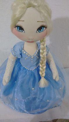 Boneca Elza Frozen <br>Mede 60 cm de altura, pesa 800 GR...é articulável, fica em pé sem suporte e pode sentar tbm. <br>Seu corpo é feito em algodão cru e revestido com manta acrílica, seu rosto é pintado a mão, cabelo dela é sintético de cor loiro claríssimo, o vestido é feito em tricoline azul claro, organiza e tule, calça em tricoline branca, um par de sapato feito em tecido.
