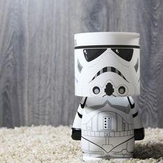 Lámpara Stormtrooper. Un poco de luz en tu habitación, deja que un StormTrooper ilumine tus noches con esta original lámpara en forma del famoso soldado espacial Stormtrooper de Star Wars. Encargados de mantener en orden a toda la Galaxia, esta lámpara es todo un icono de frikismo de Star Wars y ningún fan de la saga debe perderse disfrutar de un objeto de decoración e iluminación tan genial.