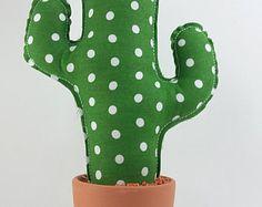 Cactus de tela de arpillera de 25 cms de altura. Está confeccionado en tela de saco. El relleno es poliester. Está plantado en una maceta de barro cocido y rodeado de pequeñas piedras encoladas. Lleva puntadas de hilo simulando las espinas. Puedes elegir el color de la tela.  Es ideal para los aficionados a las labores, porque sirve de alfiletero o acerico. También puedes usarlo para alegrar cualquier espacio en el salón, la cocina, el cuarto de los niños, tu despacho o el escritorio. Yo lo…