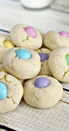 Easter M&Ms Thumbprint Cookies Recipe - The Rebel Chick(Easter Baking Ideas) Hoppy Easter, Easter Dinner, Easter Brunch, Easter Food, Easter Baking Ideas, Easter 2018, Kids Baking, Easter Stuff, Sweets