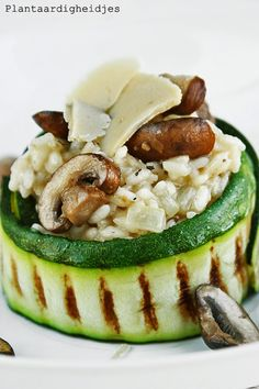 Plantaardigheidjes: (Truffel)risotto met courgette, champignons en Vegusto No Mu. - Plantaardigheidjes: (Truffel)risotto met courgette, champignons en Vegusto No Muh - I Love Food, Good Food, Yummy Food, Vegan Diner, Vegan Recipes, Cooking Recipes, Happy Foods, Food Presentation, Food Plating