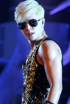 Show Luo bling bling Show Luo, Mirrored Sunglasses, Mens Sunglasses, Men's Hair, Japanese Artists, Bling Bling, Kdrama, Fangirl, Eye Candy