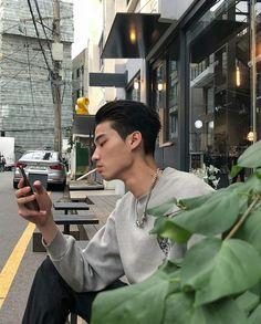 boys, korean y asian imagen en We Heart It Korean Boys Hot, Korean Boys Ulzzang, Korean Men, Korean Style, Cute Asian Guys, Asian Boys, Cute Guys, Hot Asian Men, Smoking Guy