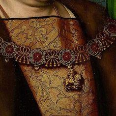 Particolari di opere: Sir Henry Guildford. Hans Holbein il Giovane, tempera su tavola del 1527. Collezione Reale del Castello di Windsor, U.K. Che bel disegno il damasco della casacca, come spicca contro il suo colore dorato il collare dell'ordine di San Giorgio, assieme al Toson d'Oro la massima onorificenza per i servizi resi alla corona. Si appoggia anche sul grande revers del giaccone foderato di pelliccia, quindi è inverno.