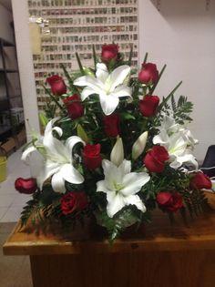 De lilium oriental y rosas