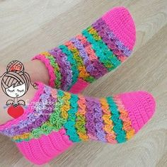 This Pin was discovered by Gül Easy Crochet Slippers, Crochet Socks, Crochet Clothes, Knitting Socks, Knit Crochet, Crochet Ripple, Crochet Baby, Crochet Designs, Crochet Patterns