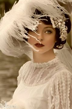 Feathers shine and lace. The ultimate vintage glamour. Glamour Vintage, Vintage Beauty, Vintage Makeup, Victorian Makeup, 1920s Glamour, 1920s Makeup, Retro Makeup, Victorian Art, Vintage Outfits