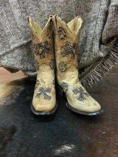 Cowgirl Clad Company - IN STOCK - SIZE 8.5 Corral Square Toe Cross
