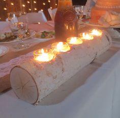 Este sostenedor de vela Votiva de abedul es el complemento perfecto para tu decoración rústica. El registro contiene cinco velas votivas. He