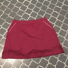 Adidas sport skirt SZ 10 Charming Adidas sport skirt with built in shorts. Has a small hidden pocket in the front. In great condition, no tares or stains. Adidas Shorts Skorts