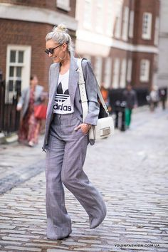A Gucci Fanny Pack Proved to Be the 'It' Bag of London Fashion Week - Fashionista Casual Chic, Jeans Casual, Cool Street Fashion, Love Fashion, Autumn Fashion, Fashion Ideas, Spring Street Style, Street Style Looks, Womens Fashion Online