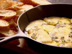 Nada melhor do que dividir esse queijo fontina com os amigos :) Chef: Ina Garten