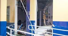 Criminosos explodiram três caixas eletrônicos de uma agência bancária e atiraram contra policiais mi...