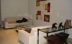 Antes da reforma, a decoração da sala não valoriza o espaço, que tem ar triste e pouco iluminado