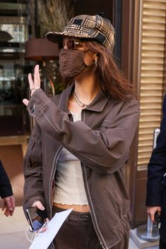 Bella Hadid Outfits, Bella Hadid Style, Brown Jacket Outfit, Isabella Hadid, Fashion Bella, Spring Jackets, Outfits With Hats, Mode Inspiration, Star Fashion