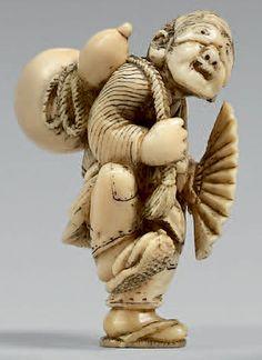 JAPON - Époque Meiji (1868-1912) Netsuke en ivoire, personnage debout portant un loup sur les yeux, une grande double gourde dans le dos et en éventail à la main. Signé Kazuyuki. Hauteur: 4,8 cm - Beaussant Lefèvre - 26/10/2017 Edo Era, Push Toys, Japanese Characters, Japanese Men, Sculpture, Ivoire, Art Forms, Samurai, Carving
