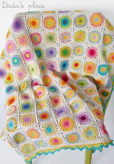 @  Dada's place: A sunny blanket from Sandra's free pattern here: http://sandra-cherryheart.blogspot.co.uk/2013/03/rosie-posie-grannie-square-tutorial.html - ♡ Teresa Restegui http://www.pinterest.com/teretegui/ ♡