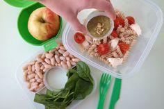 Wil je gezonder het nieuwe jaar in? Op onze blog laat Iris je drie heerlijke salades zien om mee te nemen.