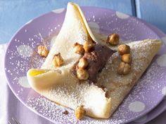 Pfannkuchen mit Schokoladenmousse und Karamell-Nüssen - smarter - Zeit: 30 Min. | eatsmarter.de Das sieht einfach nur köstlich aus, oder?