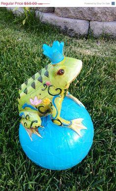 Frog on a ball - Il semble s'agir d'une figurine originale dont la boule et la couronne ont été repeintes en turquoise...