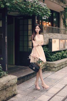 このお姉さん、日本人ではないと思うが、撮影地が「表参道ヒルズ」の前だ(●^o^●)
