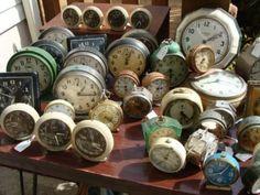Our favorite finds of all TIME! Vintage Alarm Clocks, Antique Clocks, Vintage Frases, Clock Art, Clock Decor, Hickory Dickory, Vintage Love, Vintage Stuff, Cool Clocks