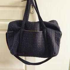 Je n'ai pas eu le temps d'en faire une photo correcte, mais j'adore ce sac à langer cousu pour ma nièce Léonore. Le tissu est un jersey de chez atelier brunette (matelassage maison), doublé d'un lange moutarde. Le modèle est une improvisation inspirée d'un sac Cyrillus. Je m'en ferai bien une version sac de voyage, non ?