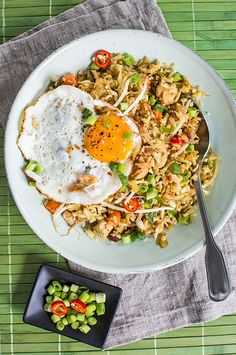 Bloemkool nasi - Deze nasi zonder rijst is gemaakt van bloemkool en bevat daarom extra veel vitamientjes. Vegetarian Lifestyle, Vegetarian Recipes, Healthy Recipes, Wine Recipes, Asian Recipes, Ethnic Recipes, Clean Eating, Healthy Eating, Happy Foods