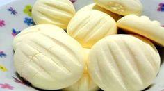 2 gemas  - 1 lata de leite condensado  - 250 g de manteiga  - 600 g de amido de milho