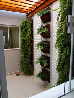 20 On a Budget DIY Home Decor Ideas for Your Small Apartment - homeexalt Garden Furniture Design, Interior Garden, Garden Design, Small Balcony Decor, Small Balcony Design, Pallet Garden Walls, Flower Shop Interiors, House Plants Decor, Outdoor Landscaping