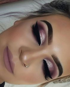 Im Trend Smokey Eye Makeup Ideas 2018 2019 01 # Ideas . - Bookshelf Decor - Smokey Eye Make Up - Golden Necklake - DIY Hairstyles Long - DIY Interior Design Pink Makeup, Glam Makeup, Beauty Makeup, Hair Makeup, Teen Makeup, Purple Makeup Looks, Shimmer Eye Makeup, Pretty Eye Makeup, Purple Eyeshadow