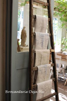 Ladders Make Great Quilt holders Small Ladder, Old Ladder, Vintage Mantle, Vintage Ladder, Old Wooden Ladders, Deco Nature, Antique Decor, Linens And Lace, French Country Style