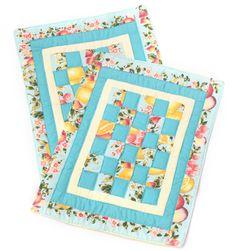 Jogo Americano composto por duas peças iguais,tecido 100% algodão,manta acrílica fina, desenho de quadrados,quiltados à mão....