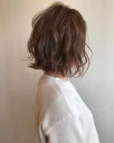 Messy short hairstyles are everywhere. Japanese hairstyle design has always had its characteristics. Medium Length Wavy Hair, Medium Short Hair, Medium Hair Styles, Curly Hair Styles, Natural Hair Styles, Kawaii Hairstyles, Cool Short Hairstyles, Short Bob Hairstyles, Digital Perm