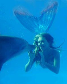 Zeemeermin met dolfijn. Mermaid Hannah Fraser with a dolphin. 7 of 13. https://gma.yahoo.com/photos/under-the-sea-with-real-life-mermaid-hannah-fraser-slideshow/mermaid-photo-1337300278.html