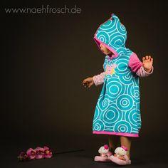 Chaoskind mit selbstgenähtem Kleid aus dem Stoff Heavy Rotation von Astrokatze