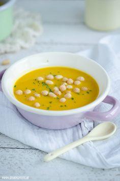 Rezept für Vegane Kürbis-Linsensuppe mit Mandelmus, die auch Kleinkindern gut schmeckt und gesund ist. Probiere es mal aus!