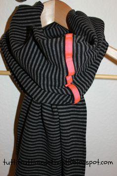 Tuttifrutti med et tvist: Tørklæde med neon detalje