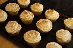 Taannoisen lumipäivän kunniaksi päätimme leipoa makeaa mahan täydeltä. Leipuriapuri valikoi reseptiksi Rachael Rayn  sitruuna-marenki cupcak...