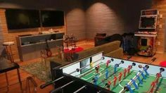 Duas tvs Google Office, Lounge, Creative People, House Plans, Architecture, Table, Furniture, Design, Home Decor