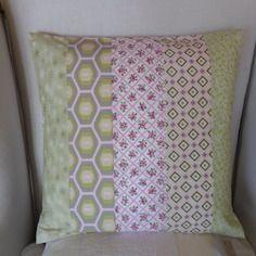 Housse de coussin style cottage vert pastel et rose tendre fleurie