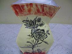 vasos feito de caixa de leite  com filtro de café, e textura,cor da textura branco,rosa,vermelho,verde e amarelo.  Observação: as flores são só ilustração, são vendidas separadas e por unidade. R$ 22,00