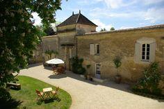 Vue d'une chambre sur le pigeonnier! Domaine de Bel Air Carpe Diem Une ancienne Baronnie près de Saint Emilion, aujourd'hui une maison d'hôtes de charme spécialisée dans l'Oenotourisme !