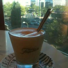 Más café... Ahora helado y con fondo urbano.