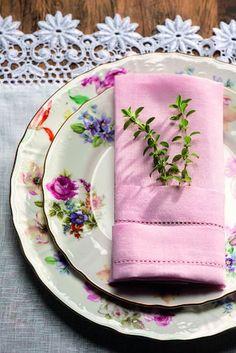 O ramo de erva dá um toque delicado. Guardanapo D. Filipa, pratos e jogo americano Tania Bulhões